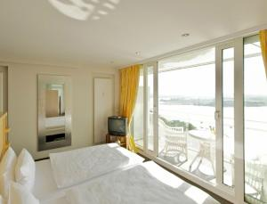En eller flere senge i et værelse på Vitalia Seehotel