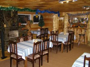 A restaurant or other place to eat at Sadyba Ivasuka
