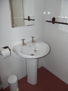 A bathroom at Plas Coch Hotel Ltd