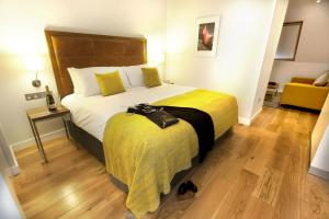 A bed or beds in a room at PREMIER SUITES PLUS Dublin, Ballsbridge