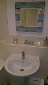 A bathroom at Vetrelax Basildon Executive House
