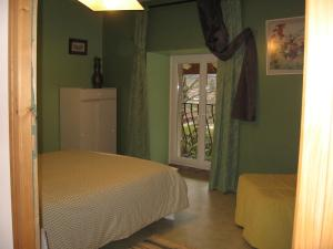 A bed or beds in a room at Chez Robert et Catherine