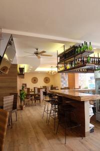 El salón o zona de bar de The Piccolo Hotel of Boracay