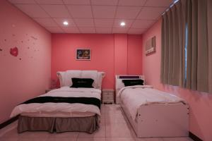 A bed or beds in a room at J.house
