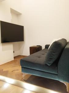 A seating area at Modern 1 Bedroom Apartment in Kensington