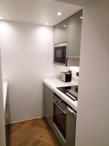 A kitchen or kitchenette at Modern 1 Bedroom Apartment in Kensington
