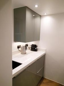 A bathroom at Modern 1 Bedroom Apartment in Kensington