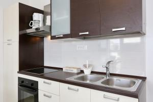 A kitchen or kitchenette at Town Center Apartments