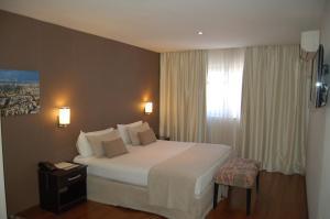A bed or beds in a room at Hotel de la Cité