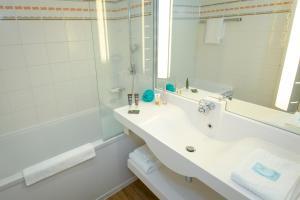 A bathroom at Novotel Perpignan