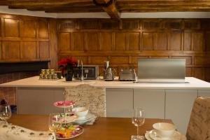 A kitchen or kitchenette at The Three Gables