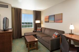 A seating area at Staybridge Suites Sacramento-Folsom, an IHG hotel
