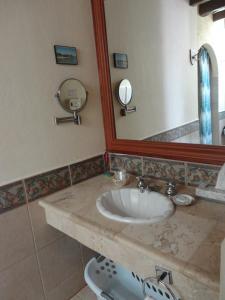 A bathroom at Hotel Hacienda Flamingos