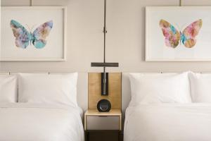 A bed or beds in a room at JW Marriott Parq Vancouver