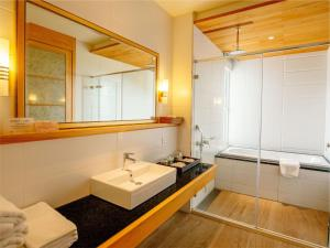 A bathroom at Bay Forest Boutique B&B