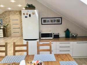 "A kitchen or kitchenette at Таунхаус ""Белый филин"" класса Люкс 130 м2"