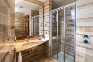 A bathroom at Hotel Tritone Rome