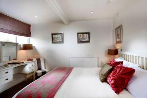 A bed or beds in a room at Tufton Arms Hotel