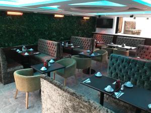 The lounge or bar area at London Shelton Hotel