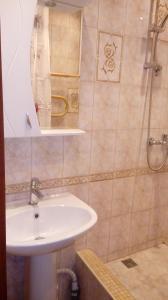 A bathroom at Апаптаменты на Трехсвятской