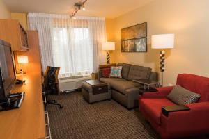 A seating area at TownePlace Suites by Marriott Erie