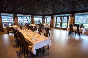 En restaurant eller et spisested på Bremanger Fjord Hotell