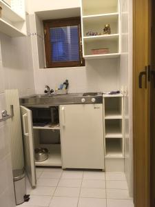 A kitchen or kitchenette at Single Room in Warmbad