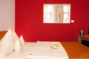 A bed or beds in a room at Hotel Riehmers Hofgarten