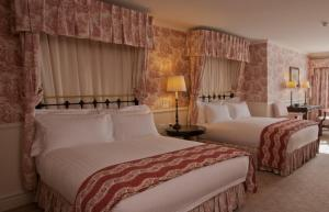 A bed or beds in a room at Lilianfels Blue Mountains Resort & Spa