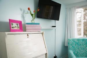 Телевизор и/или развлекательный центр в Four Chimneys Inn