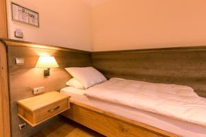 Ein Bett oder Betten in einem Zimmer der Unterkunft Hotel & Gaststätte zum Erdinger Weißbräu
