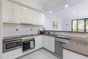 A kitchen or kitchenette at Sunset Villa in Surfers