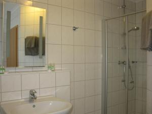 Ein Badezimmer in der Unterkunft Löns Hotel Garni