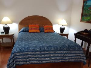 A bed or beds in a room at La Posada Azul