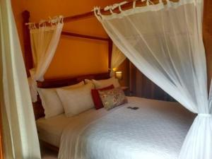 A bed or beds in a room at Pousada Tucano Do Cuiabá