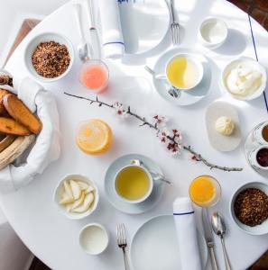 Breakfast options available to guests at La Bastide De Moustiers - Les Collectionneurs
