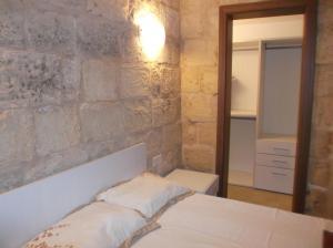 A bed or beds in a room at Kalkara Studio