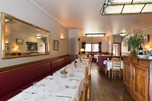 A restaurant or other place to eat at Auberge Le XIX eme
