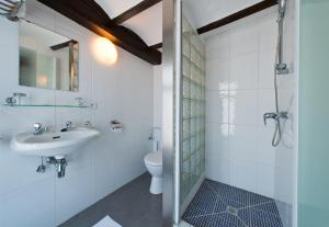 A bathroom at Auberge Le XIX eme