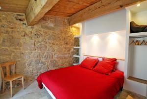 A bed or beds in a room at Mas des Clauzals