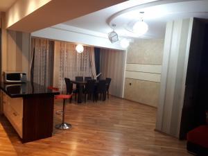 Uma área de estar em Apartment with Baku City and F1 view