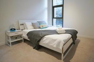 A bed or beds in a room at SYD CBD 1 Bed NEW Apt Walk To Darling Harbour!!!