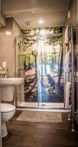 A bathroom at Montana Log Cabin