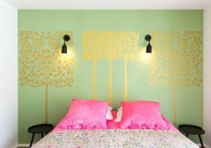 A bed or beds in a room at Studio avec terrasse, calme, parking privé, proche château