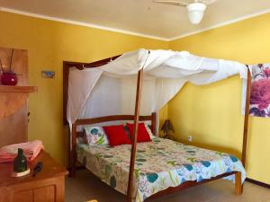 A bunk bed or bunk beds in a room at Sitio Sol e Mar