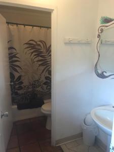 A bathroom at Backpackers Vacation Inn and Plantation Village
