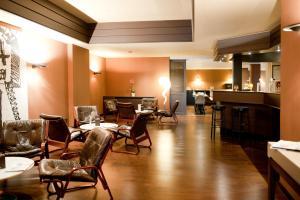 Ein Restaurant oder anderes Speiselokal in der Unterkunft Newhotel Charlemagne