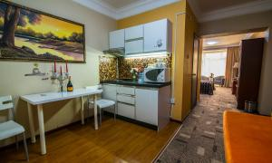 A kitchen or kitchenette at New West Hotel