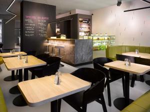 מסעדה או מקום אחר לאכול בו ב-The ICON Hotel & Lounge