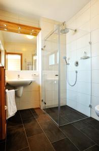 Ein Badezimmer in der Unterkunft Gasthof Hotel Zum Hirsch***S